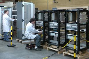 Schrank-Zusammenbau und Integration aller mechanischen, elektrischen und elektronischen Komponenten